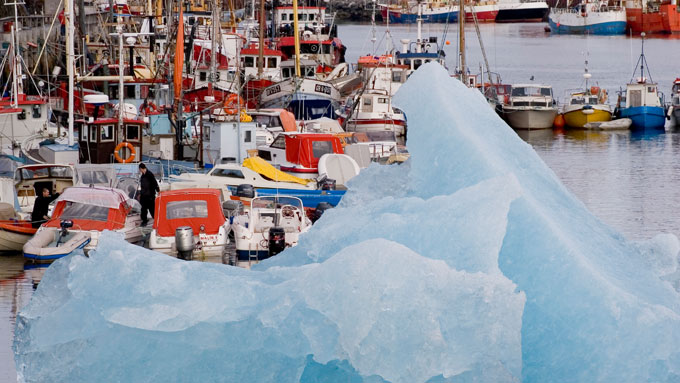 Vessels and iceberg in close neighbourhood
